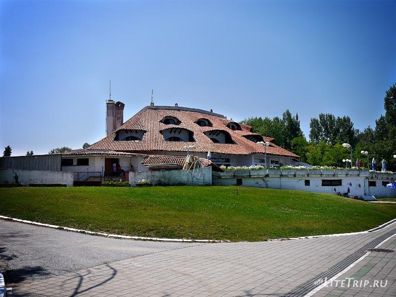 Сербия. Гостиницы на берегу Серебряного озера.