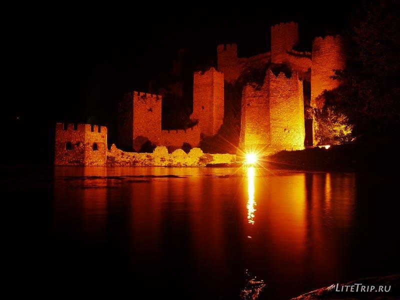 Сербия. Голубацкая крепость ночью.