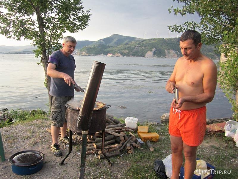 Сербия. Голубацкая крепость - подготовка к ужину.