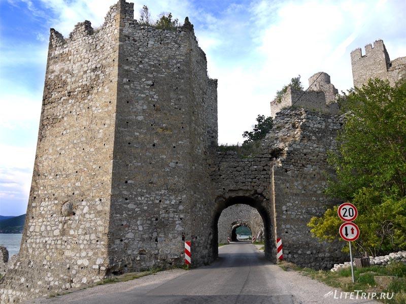 Сербия. Голубацкая крепость - въезд через ворота.