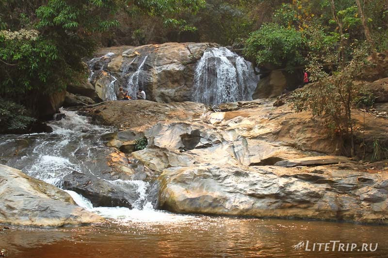Пикник на водопадах Mae Sa в Чианг Мае.