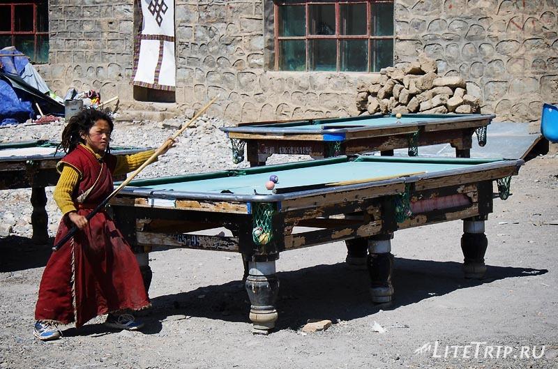 Тибет - Дарчен. Бильярдные столы на улице.