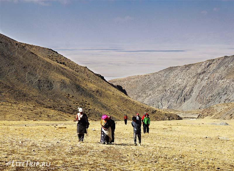 Тибет. Группа паломников на пути к монастырю Гьяндрек.