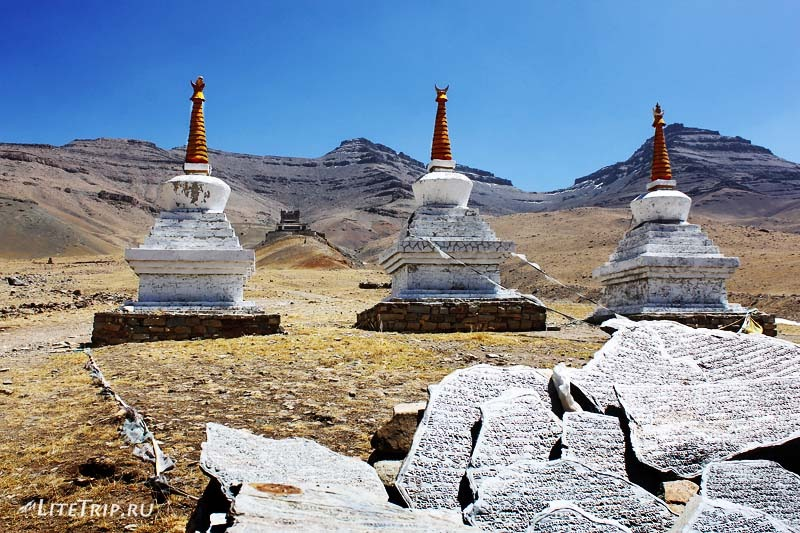 Тибет. Монастырь Гьяндрак под Кайласом. Три ступы.