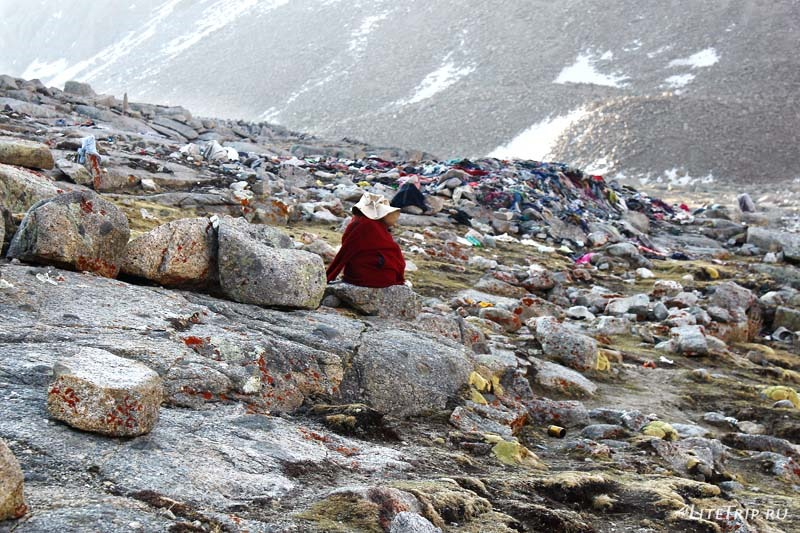 Тибет. Внешняя кора вокруг Кайласа. Кладбище Шивалшал