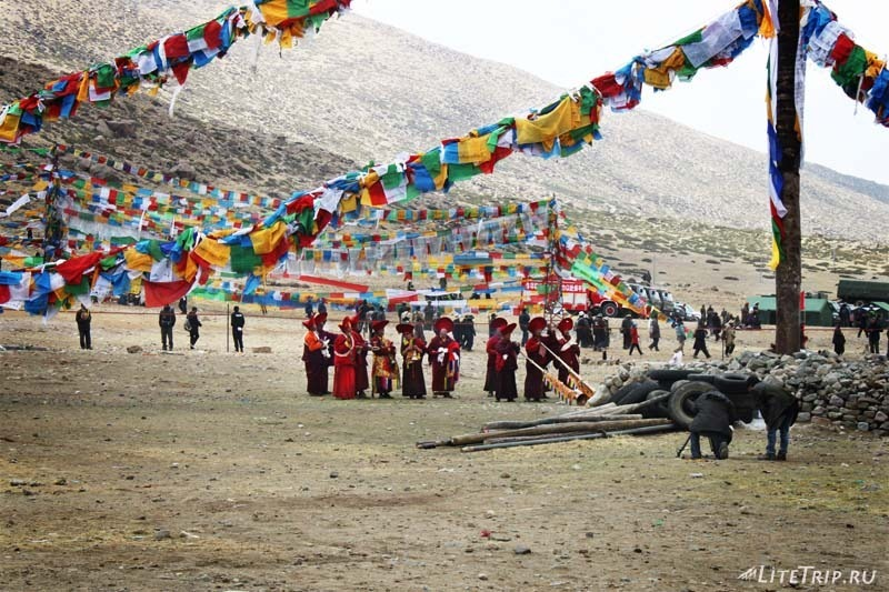 Тибет. Праздник Сага-Дава - монахи.