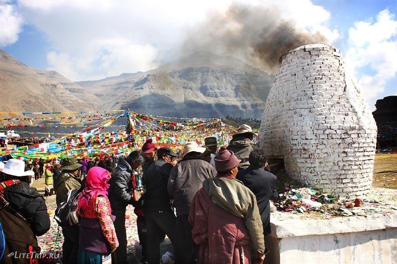 Тибет. Праздник Сага-Дава - ритуальная печь.
