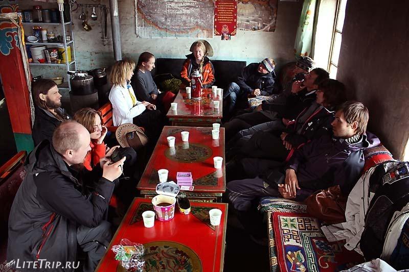 Тибет. Наша группа в кафе.
