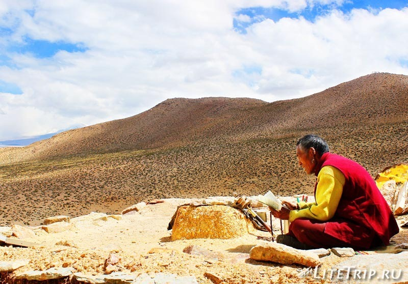 Тибет. Монастырь Чиу Гомпа (Chiu Gompa). Монах.