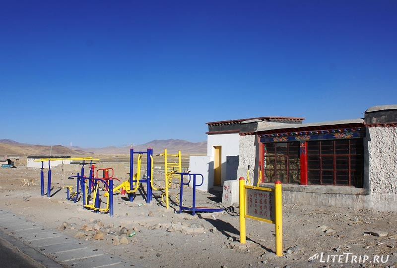 Тибет. Детская площадка в городке Жонгба.