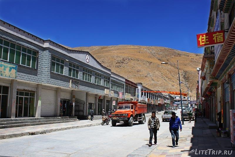 Тибет. Промышленный поселок.