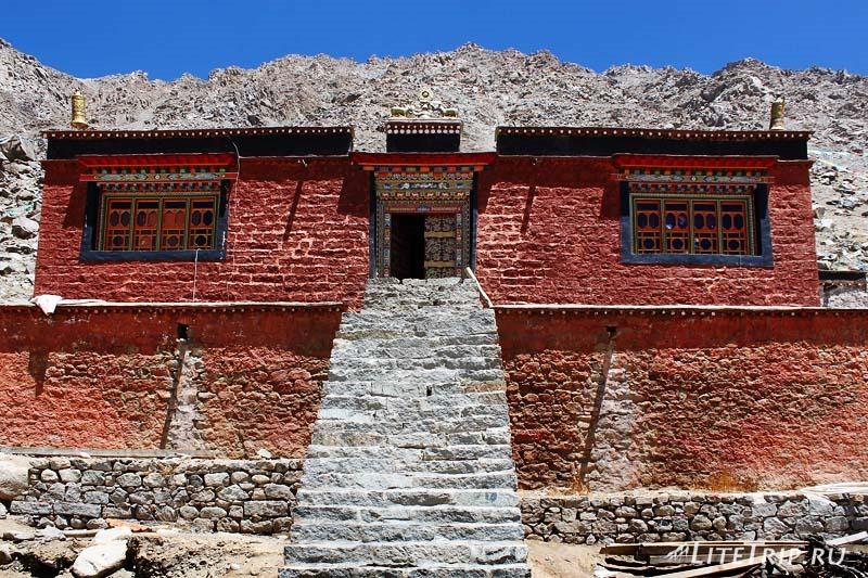 Тибет Внешняя кора вокруг Кайласа. Монастрь.