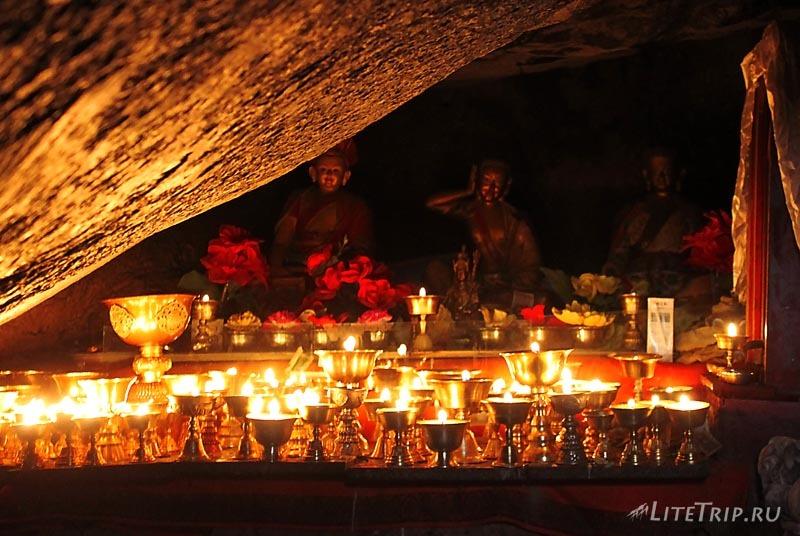 Тибет Внешняя кора вокруг Кайласа. Свечи монастыря