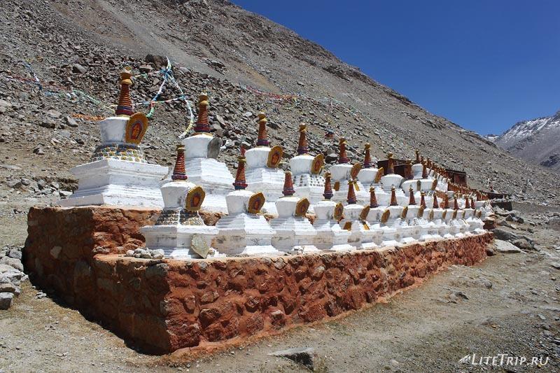Тибет Внешняя кора вокруг Кайласа. Ступы монастыря.