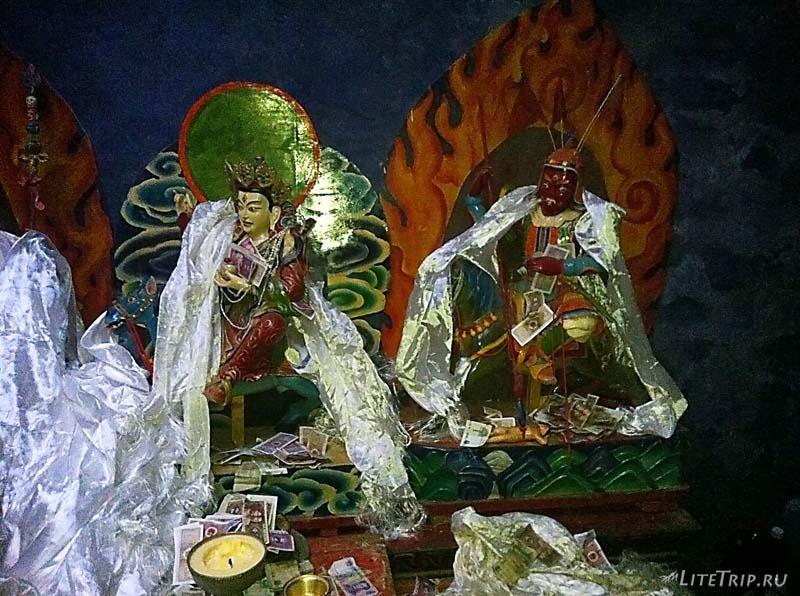 Тибет. Монастырь Силунг - фигуры внутри.