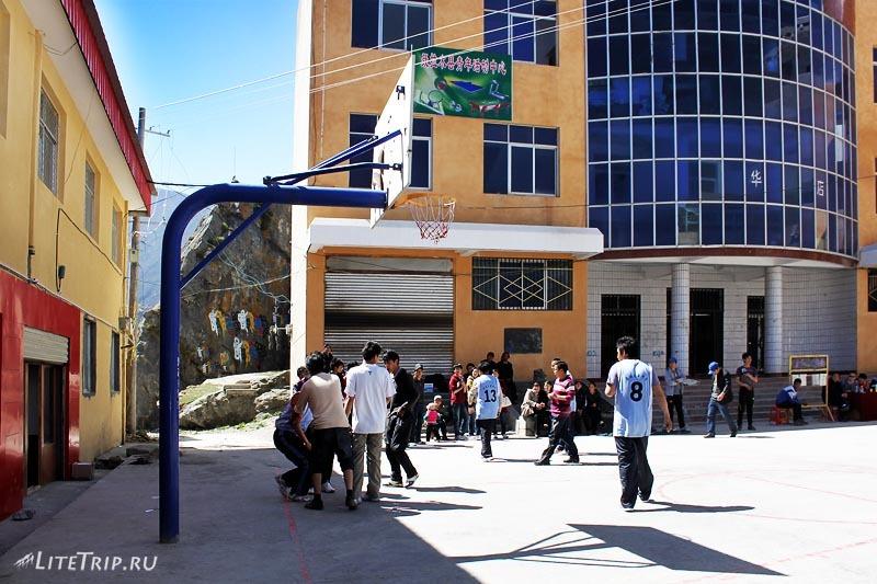 Тибет. Баскетбол на улицах Ньялама.
