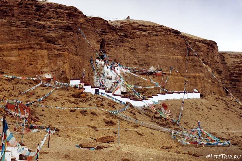 Тибет. Долина Гаруды - монастырь Гургьям в скале..