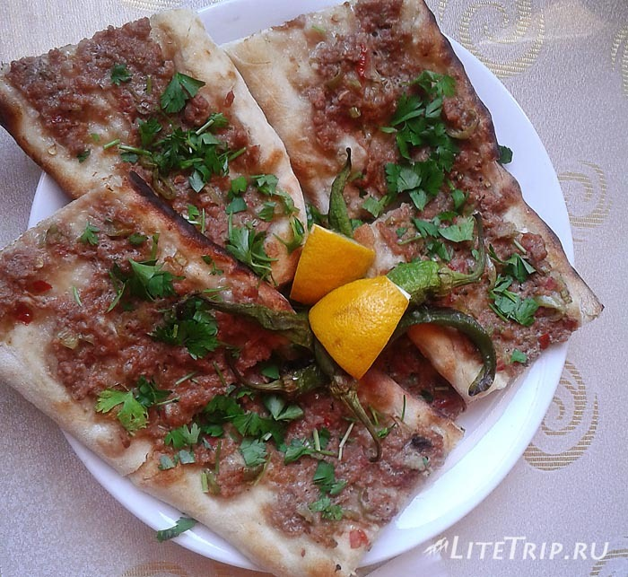 Турецкая пицца лахмаджун.