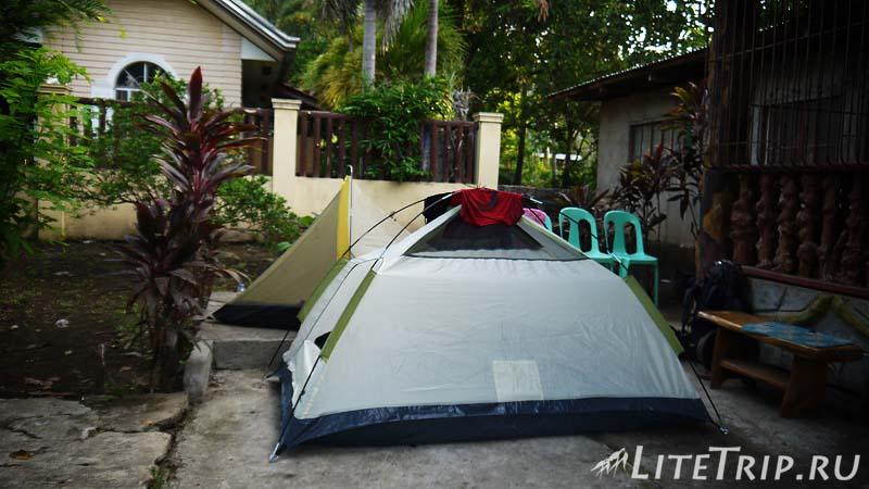 Безопасное место для палатки - территория частного дома.