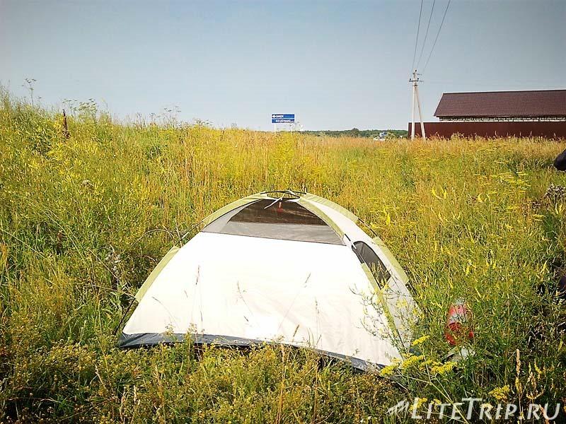 Где безопасно поставить палатку в поле.